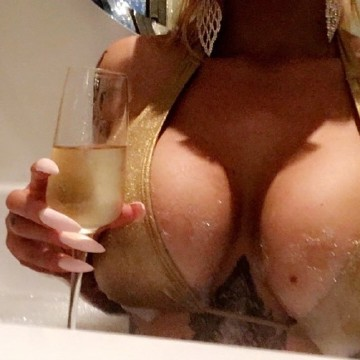 Selfie Pics from Lola Grace - Private Escort Melbourne